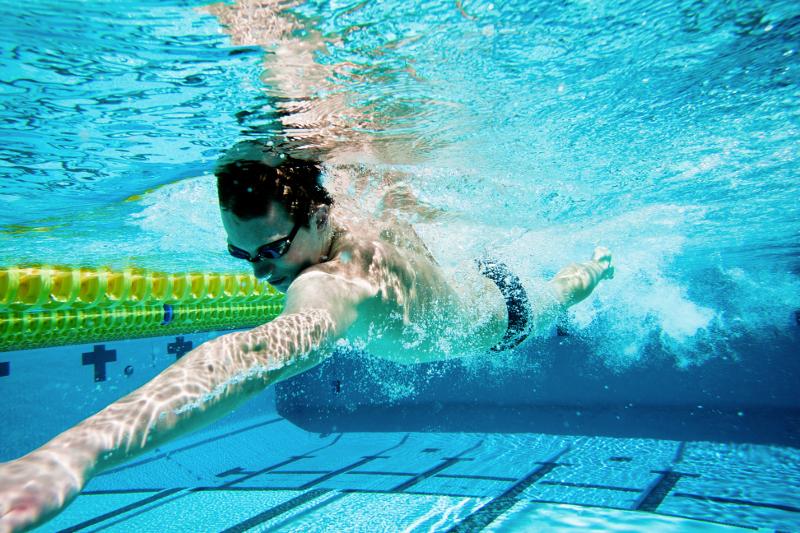 Natación como deporte para practicar al aire libre